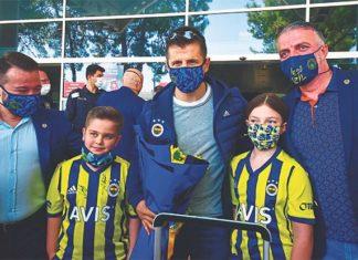 Antalya'da Fenerbahçe'ye çiçekli karşılama