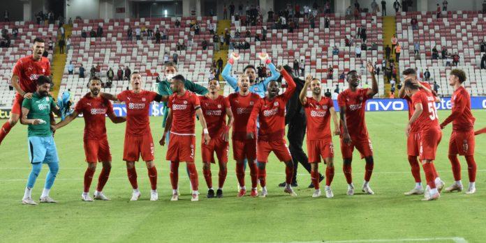 Sivassporlu taraftarlar, tezahürat ve şarkılarla tur sevinci yaşadı